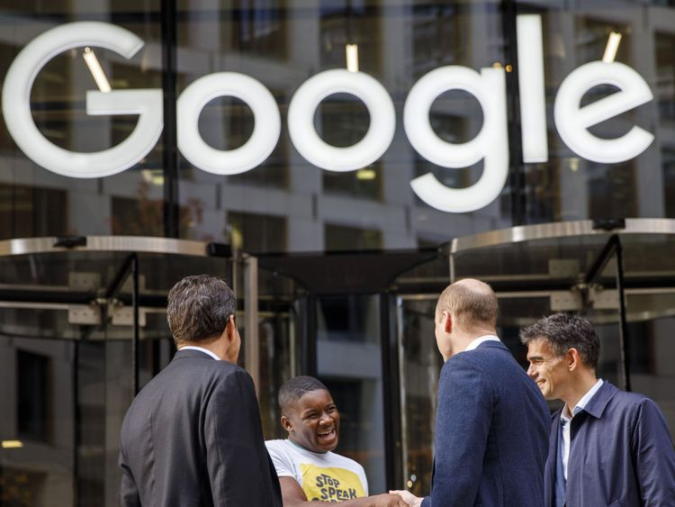 Britain's Prince William, Duke of Cambridge (2R) chats with British entrepeneur Brent Hoberman (L), anti-cyber bullying campaigner James Okulaja (2L) and President of EMEA Business and Operations for Google, Matt Brittin during his visit to launch the national action plan to tackle cyberbullying at the London headquarters of Google and YouTube in King's Cross, London on November 16, 2017. / AFP PHOTO / POOL / Tolga AKMEN (Photo credit should read TOLGA AKMEN/AFP/)